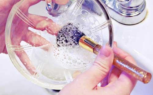 Razones por las que debes limpiar tus brochas de maquillaje